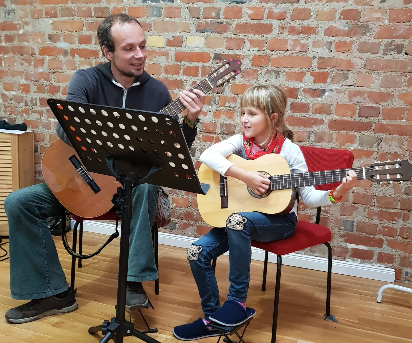 Kinder lernen Gitarre spielen