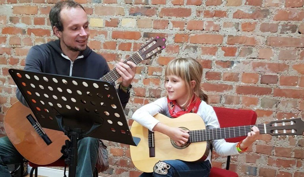 Gitarrenunterricht lernen Kind